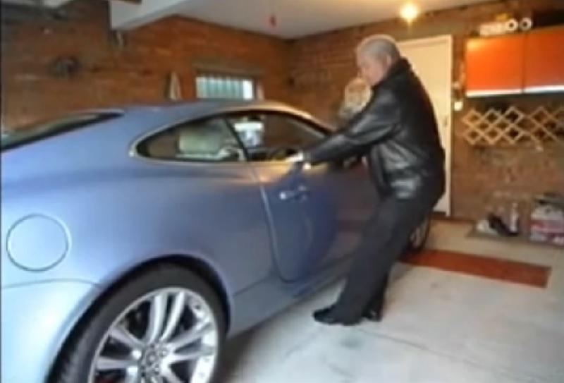 homme voiture garage