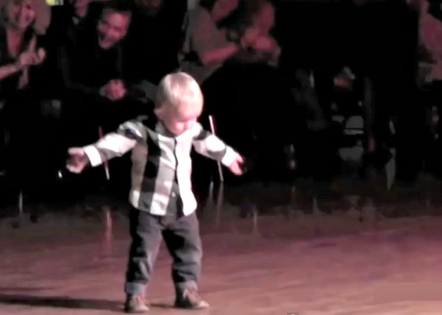 enfant 2 ans danse rock and roll