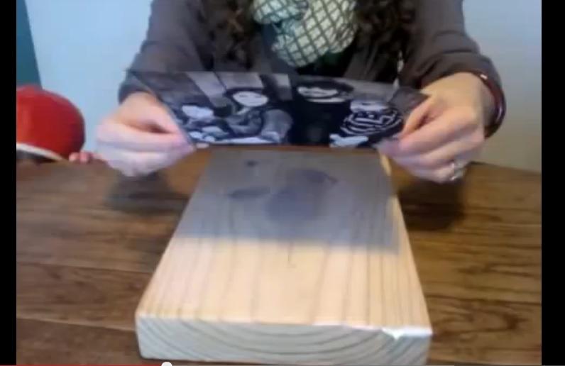 Cette femme colle une photo sur du bois le r sultat - Enlever colle sur bois ...