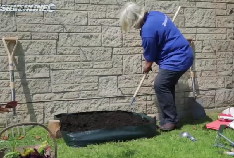 elle fait un mini jardin dans sa cour une astuce tr s simple pour les petits espaces. Black Bedroom Furniture Sets. Home Design Ideas