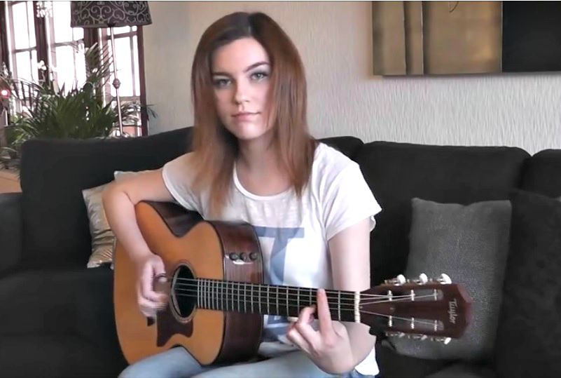 fille joue guitare hotel California