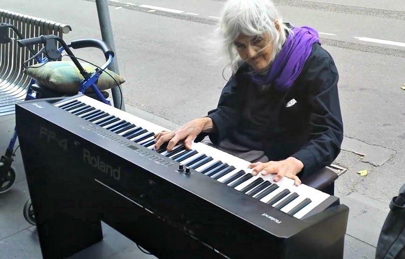 joue piano vieille dame