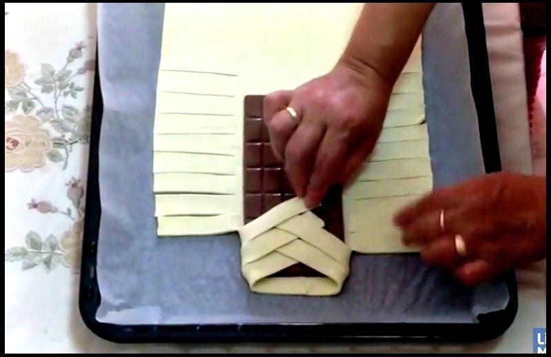 Elle Enrobe Une Barre De Chocolat Dans Une Pate Feuilletee Sa