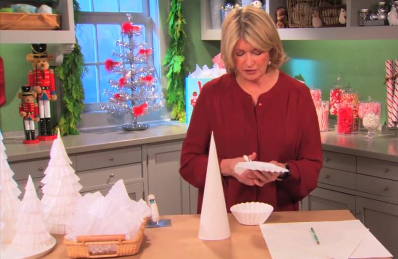 Elle coupe des filtres caf et les colle sur un c ne en - Comment faire des decoration de noel en papier ...