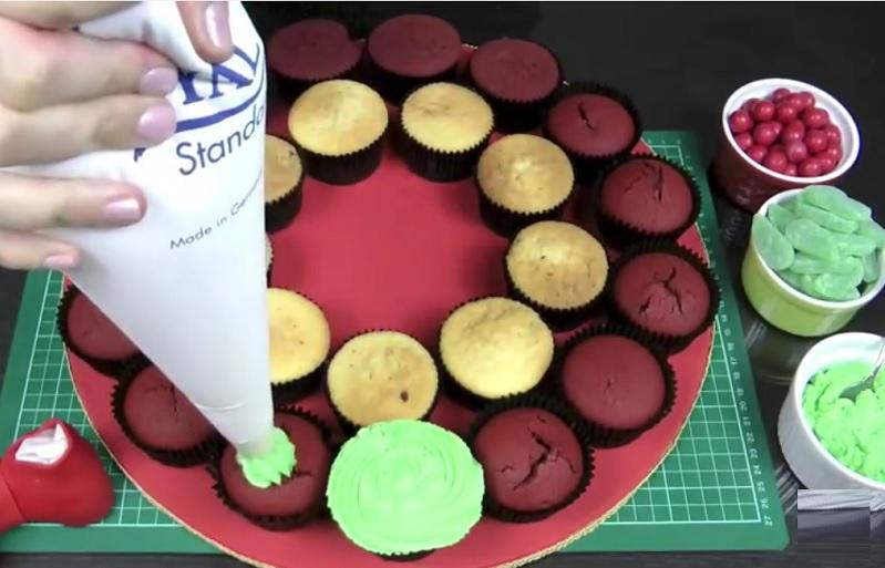 Elle d core des cupcakes avec un gla age et des bonbons son dessert sera tr s appr ci no l - Glacage cupcake facile ...