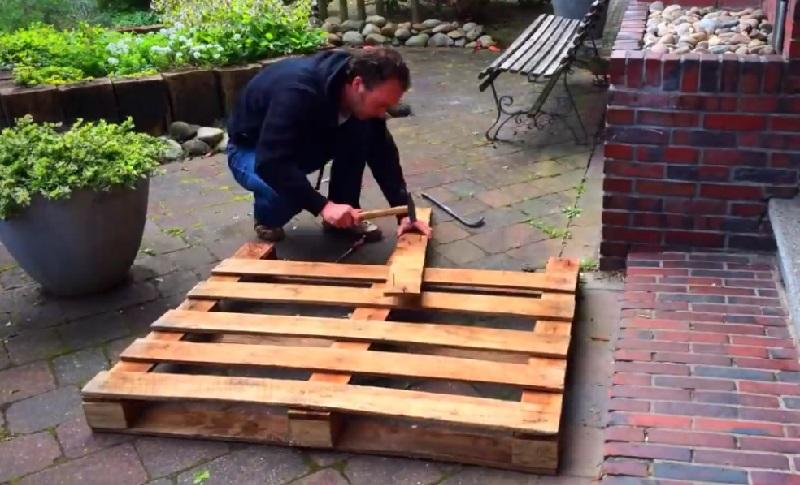 il commence par d faire une palette de bois sa cr ation pour le jardin vous impressionnera. Black Bedroom Furniture Sets. Home Design Ideas
