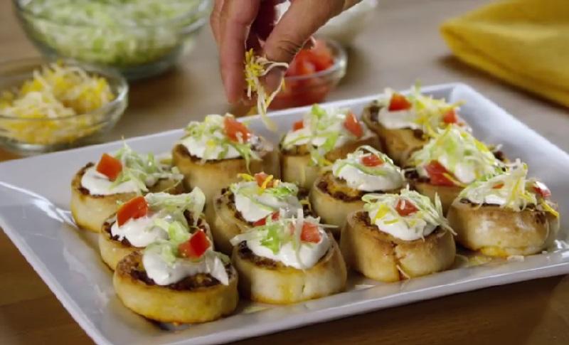 Elle forme des minis rouleaux avec une p te pizza et les for Assaisonnement tacos maison