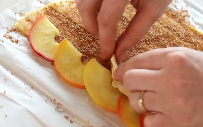 met des tranches de pommes sur de la p 226 te feuillet 233 e dessert est un pur d 233 lice