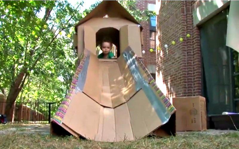 il fabrique une maison et une glissoire avec des bo tes de carton les enfants vont adorer. Black Bedroom Furniture Sets. Home Design Ideas