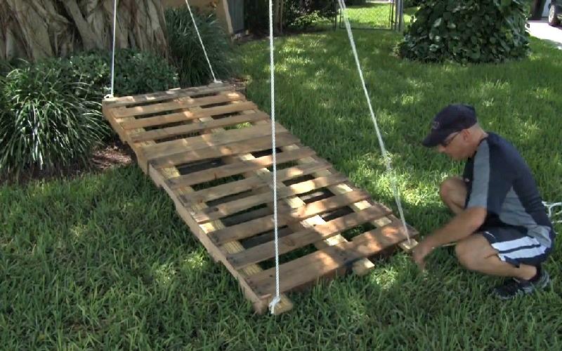 il fixe 2 palettes de bois ensemble et y attache une corde un projet facile pour le jardin. Black Bedroom Furniture Sets. Home Design Ideas