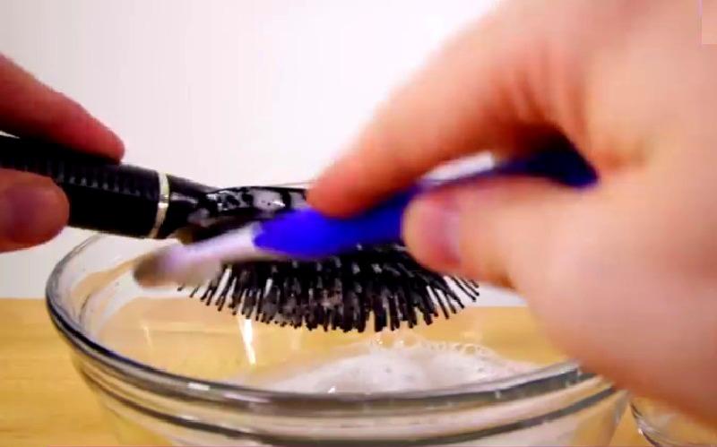 voici comment nettoyer une brosse cheveux parfaitement une astuce bonne savoir. Black Bedroom Furniture Sets. Home Design Ideas