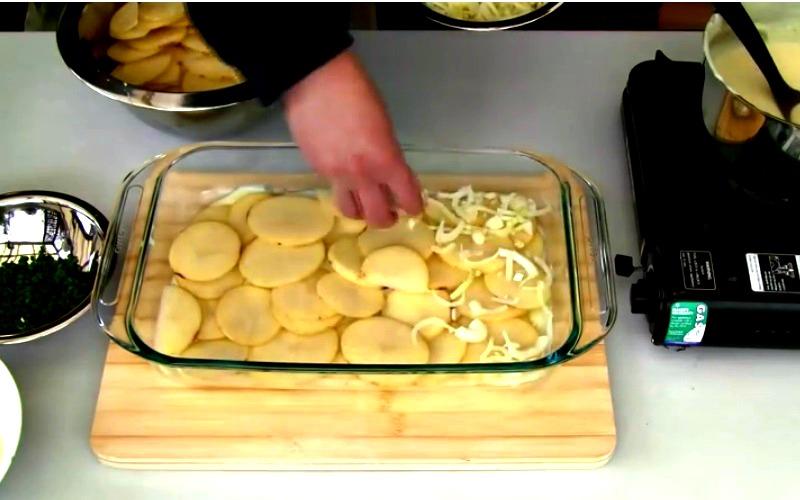 il superpose des rang es de pommes de terre et de sa recette est app tissante. Black Bedroom Furniture Sets. Home Design Ideas