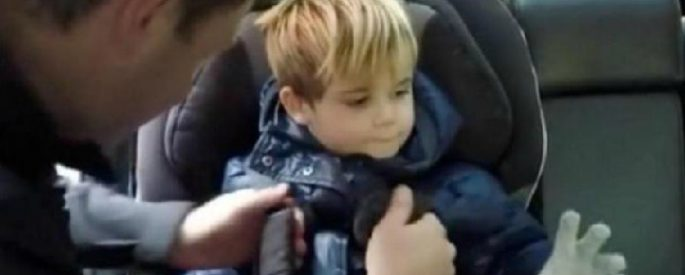 attacher enfant siege auto