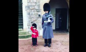 garde de la reine realise reve petit garcon