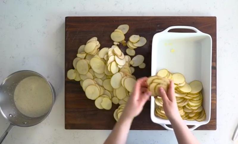 elle tranche des pommes de terre et les fait cuire au four. Black Bedroom Furniture Sets. Home Design Ideas