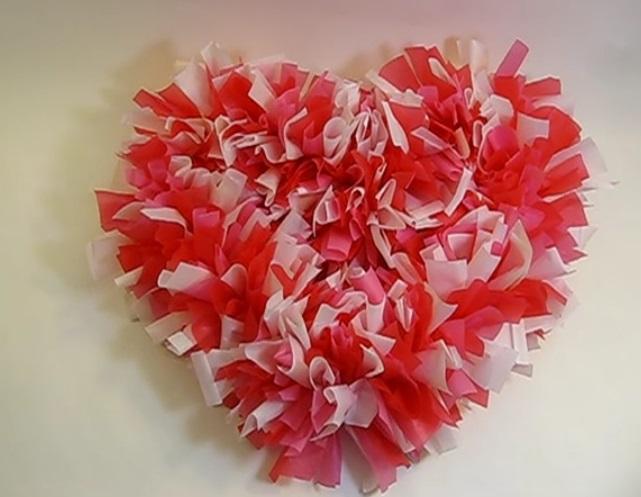 Elle d coupe des bandelettes dans des nappes de plastique - Bricolage st valentin facile ...