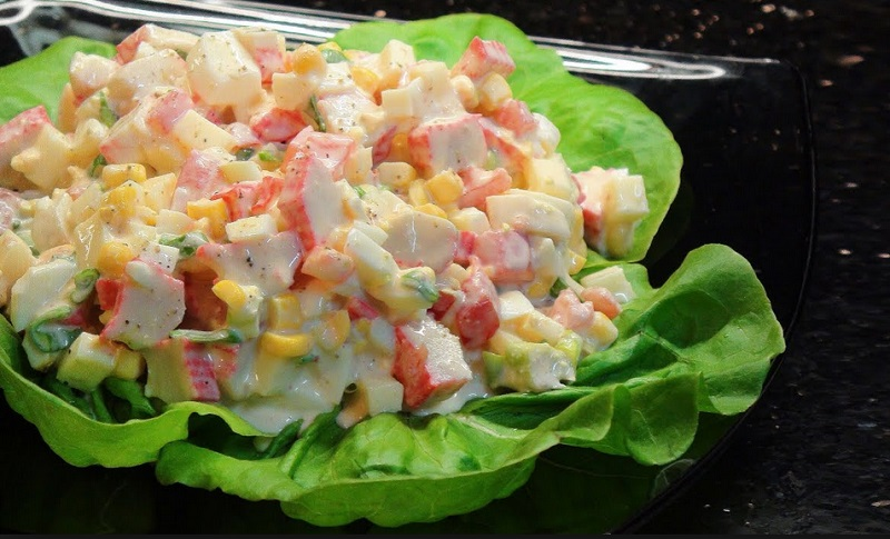 elle pr pare une salade fra cheur avec du crabe en seulement 10 minutes un pur d lice. Black Bedroom Furniture Sets. Home Design Ideas