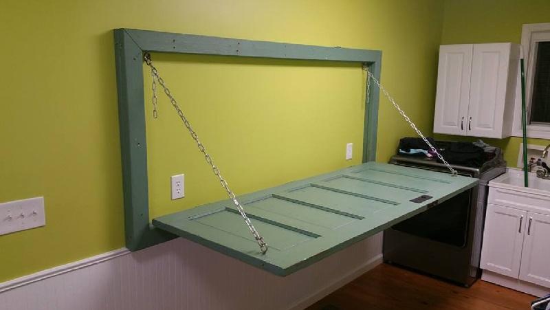 Elle demande son mari de fixer une porte l 39 horizontale for Table de cuisine a fixer au mur