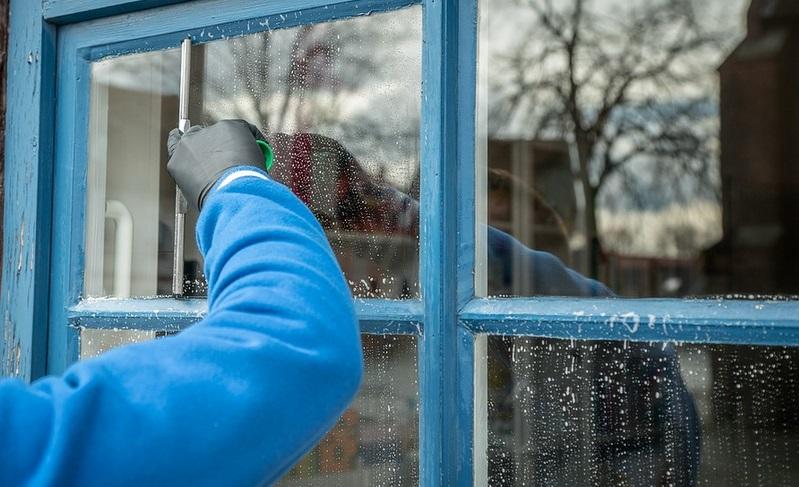 voici le meilleur nettoyant pour les fen tres fini les r sidus et vos vitres brilleront. Black Bedroom Furniture Sets. Home Design Ideas