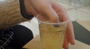 etudiante verre bar vernis ongles