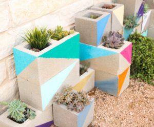 astuce jardin bloc beton plante