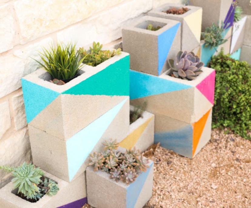 Elle ramasse des blocs de b ton et fabrique quelque chose for Bloc beton jardin