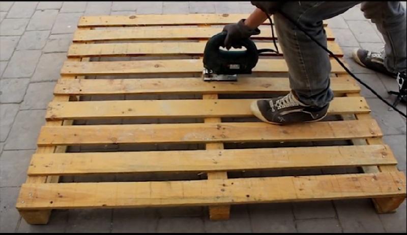 il fabrique un joli meuble pour le jardin avec une seule palette de bois tr s facile. Black Bedroom Furniture Sets. Home Design Ideas