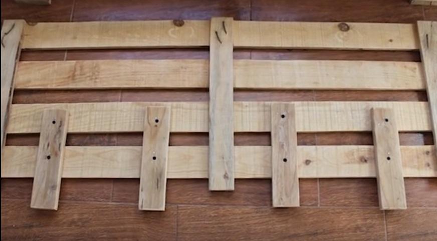 Il fabrique un joli meuble pour le jardin avec une seule - Meuble fabrique avec des palettes ...