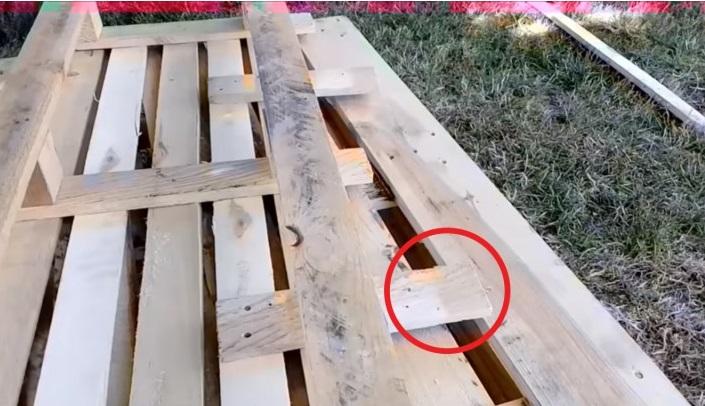 Il fabrique un canap pour son jardin avec 3 palettes de - Fabriquer un canape en bois ...