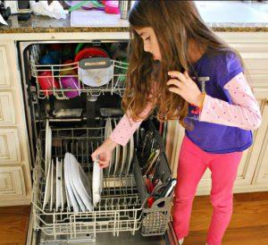 enfant 5 ans ranger vaisselle