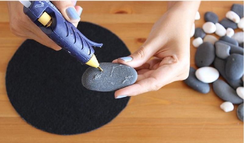 elle colle des pierres plates sur sa d co pour la maison le jardin est poustouflante. Black Bedroom Furniture Sets. Home Design Ideas
