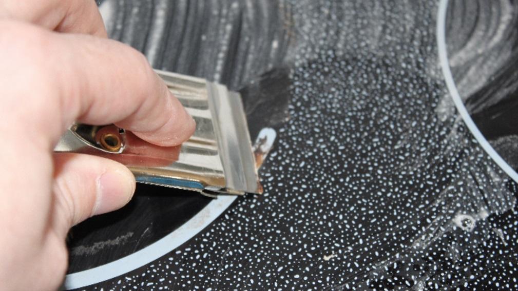 Pour nettoyer les taches tenaces sur votre plaque de cuisson essayez cette astuce g niale - Comment enlever les taches sur plaque induction ...