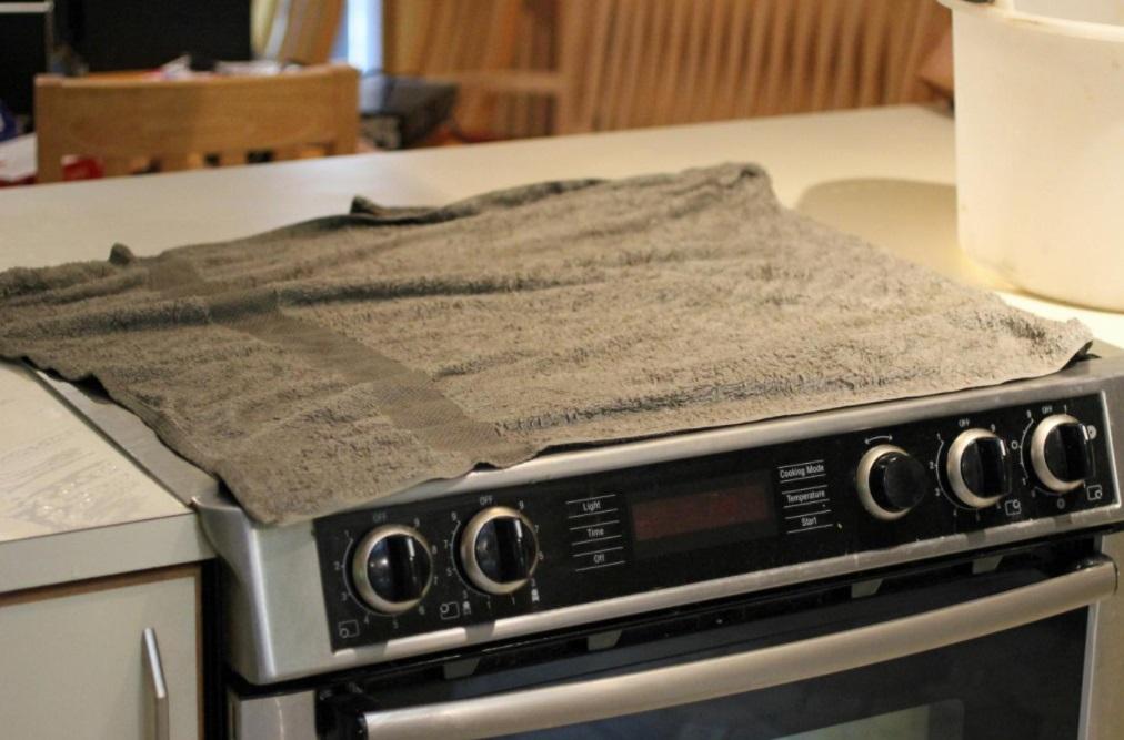 pour nettoyer les taches tenaces sur votre plaque de cuisson essayez cette astuce g niale. Black Bedroom Furniture Sets. Home Design Ideas