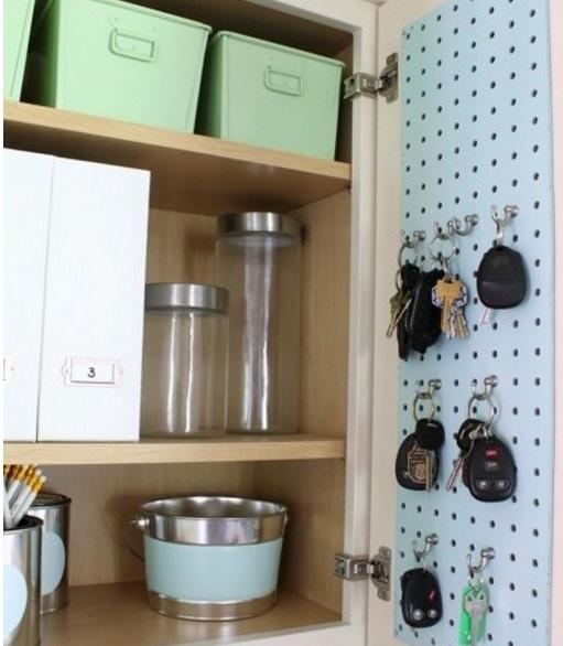 un expert en organisation utilise des panneaux trou s pour ranger sa maison g nial. Black Bedroom Furniture Sets. Home Design Ideas