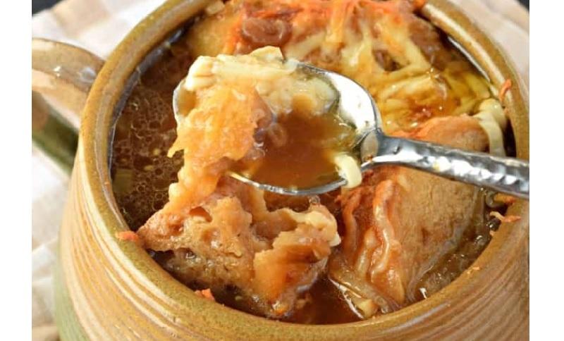 La meilleure recette de soupe l oignon gratin e au four et concoct e avec du brandy - Soupe a oignon maison ...