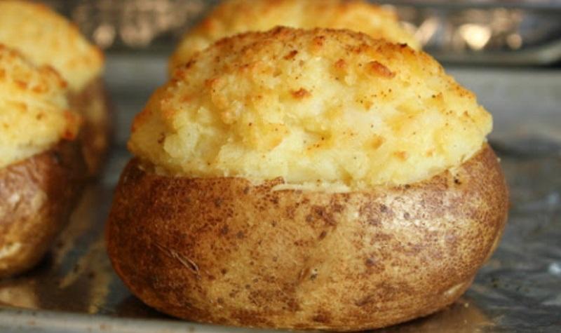 Les meilleures pommes de terre cuites au four une recette divine et facile - Pomme de terre au four papier alu ...